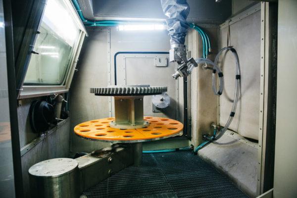Рабочая зона установки гидроабразивной обработки КС-150АГ/5D