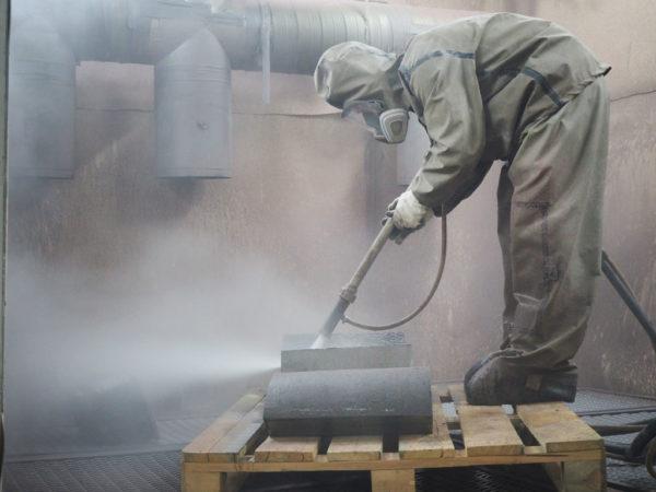 Процесс гидроабразивной очистки в обитаемой камере