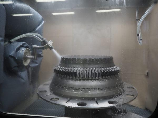 Гидродробеструйная обработка кожуха камеры сгорания ГТД роботом в камере КС-150РМ
